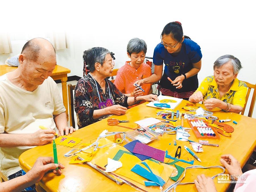 人愛養護之家為防止長輩行為快速老化,設計多項課程延緩退化。(人愛養護之家提供)