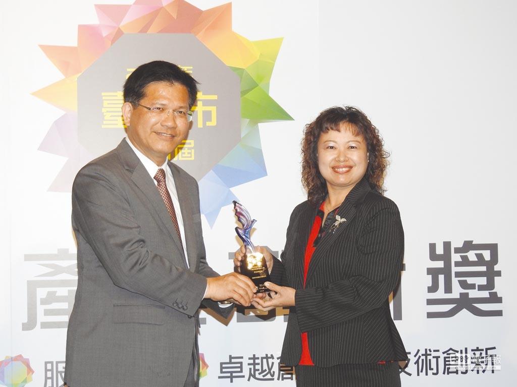 台中市長林佳龍(左)頒獎給歐群科技董事長廖月照(右)。圖/蔡榮昌