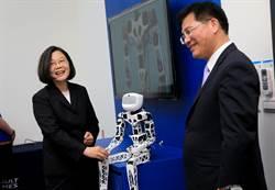 蔡英文智慧製造之旅 與機器人握手