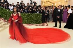 此物不應天上有 妮琪米娜紅毯搶穿噴血惡魔裝