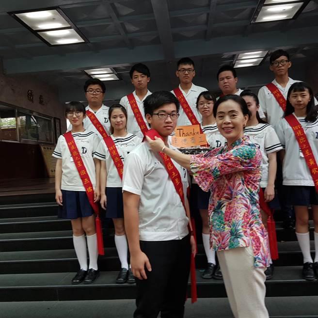 達德商工校長許維純為繁星上榜學生披彩帶。(鐘武達攝)