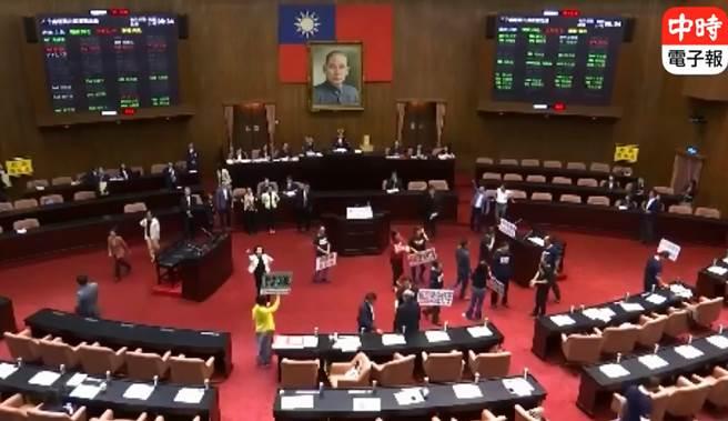 抗議權位酬庸!促轉委員同意權 國民黨團拒絕進場投票。(翻攝臉書直播)