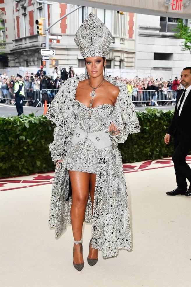 流行天后蕾哈娜特別戴上教皇高帽前來朝聖,誇張風格盡顯貴氣時尚。(海鵬提供)