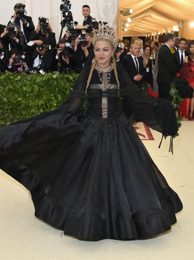 瑪丹娜以黑絲面紗搭配金色皇冠為造型,氣勢稱霸全場。(海鵬提供)