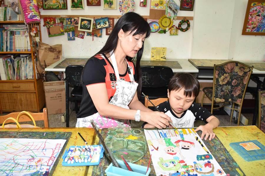 畫畫指導老師黃淑玲老師說,柏丞沉浸在畫畫的世界裡一直是很快樂的,用自己的色彩及方式,去表達他想表達的意思。(謝瓊雲攝)