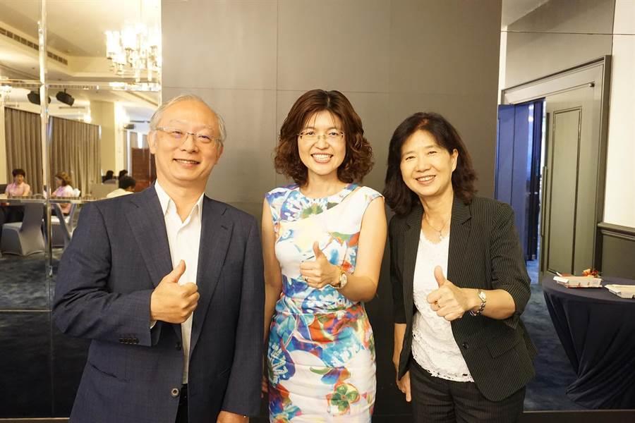 高醫大教授陳桂敏(中)長年致力高齡長照領域,獲頒「國際老人護理領導獎」,為亞洲第1人。(柯宗緯攝)