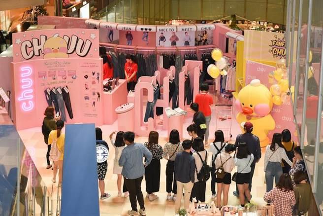 CHUU京站快閃概念店除了販售熱銷-5KG褲系列,現場亦有玻尿酸鴨聯名限量商品和BEIGE CHUU彩妝系列