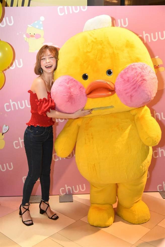 Taeri與CHUU聯名網路當紅玩偶玻尿酸鴨一同現身。