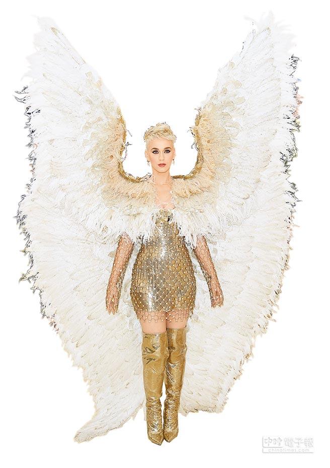 凱蒂佩芮in Atelier Versace。(Versace提供)