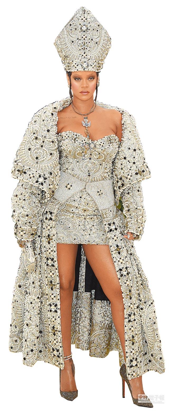 蕾哈娜in Maison Margiela & Cartier jewelry。(CFP)