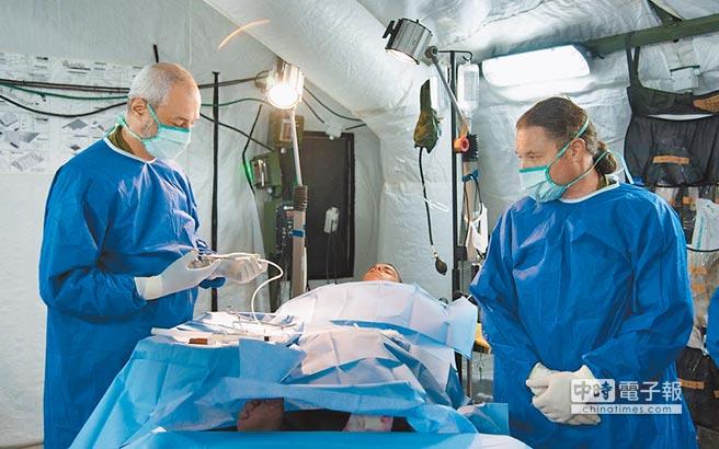 國際上具軍方背景的第三類國際應急醫療隊由以色列組建。圖為以色列國防軍醫生在進行軍事演習手術。(取自以色列國防發言人辦公室)