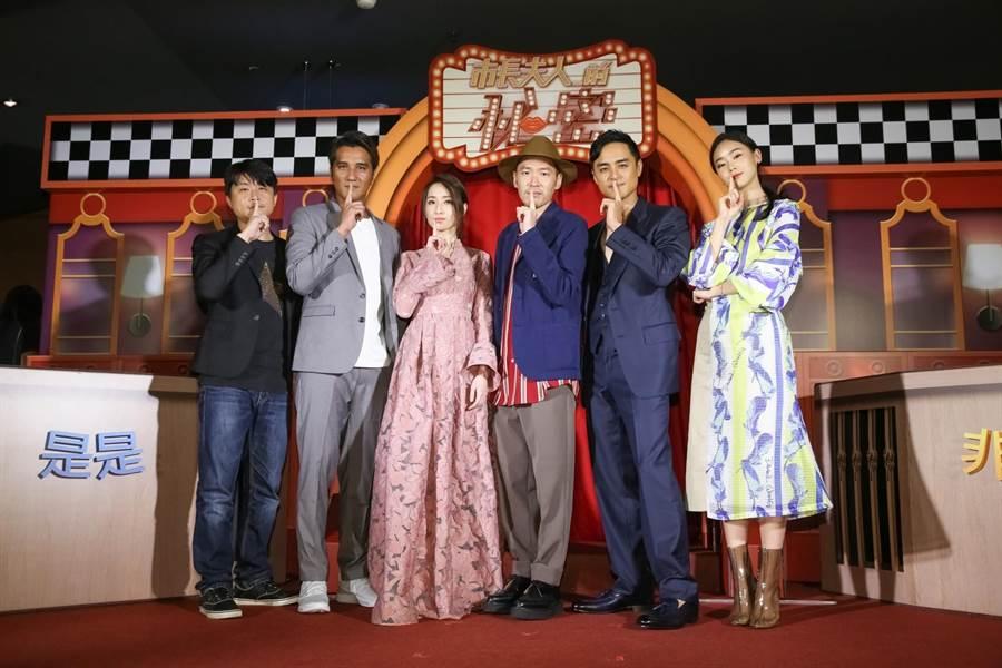 連奕琦(左起)、馬志翔、柯佳嬿、張少懷、明道與鍾瑶,大玩綜藝節目遊戲呼應電影。(蘇蔓攝)
