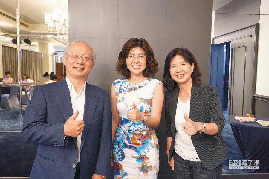 高醫大教授陳桂敏(中)長年致力高齡長照領域,獲頒「國際老人護理領導者獎」,為亞洲第1人。(柯宗緯攝)