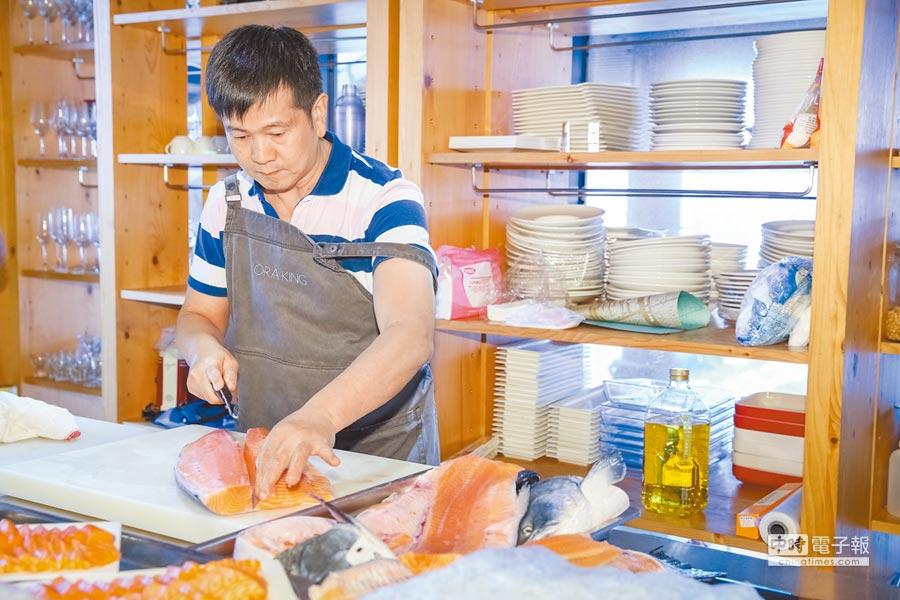 紐西蘭國王鮭魚肉質純淨、細膩,以現切生魚片的方式食用,即能嘗到入口即化的迷人滋味。(蘇蔓攝)