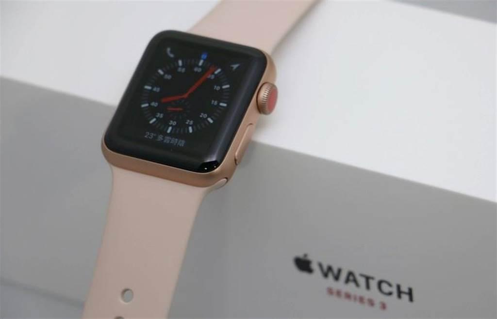 Apple Watch Series 3(GPS+Cellular)外盒上的Series 3字樣為紅色燙金字樣。(圖/黃慧雯攝)