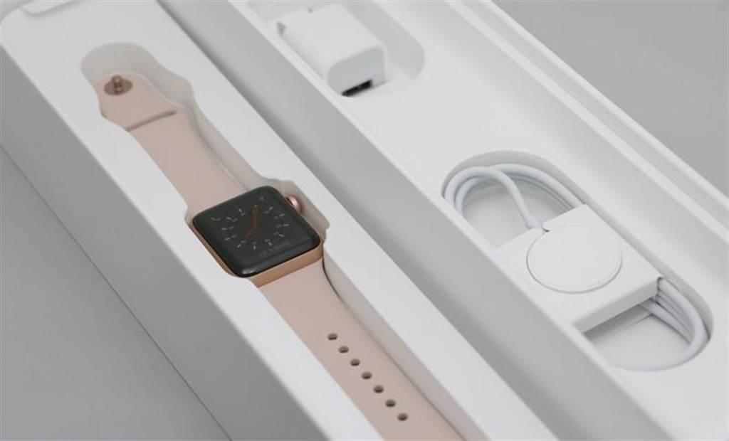 Apple Watch Series 3(GPS+Cellular)包裝內盒配件。(圖/黃慧雯攝)
