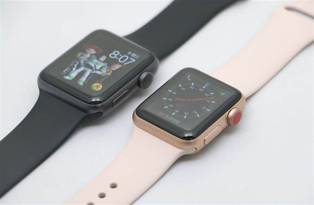 Apple Watch Series 3(GPS)(左)與Apple Watch Series 3(GPS+Cellular)外觀上就是插在數位錶冠的顏色。Apple Watch Series 3(GPS+Cellular)顯示的就是全新探險家錶面。(圖/黃慧雯攝)