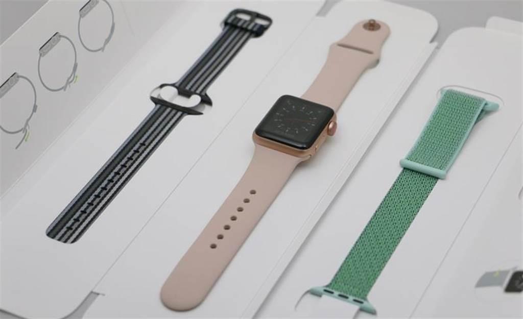 Apple Watch Series 3(GPS+Cellular)上市之前,蘋果就已推出春季系列錶帶(圖中左右都是春季系列),在蘋果官網已可選購。(圖/黃慧雯攝影)