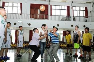 台啤籃球隊巡廻到嘉義 看到明星球員 學生都瘋狂了