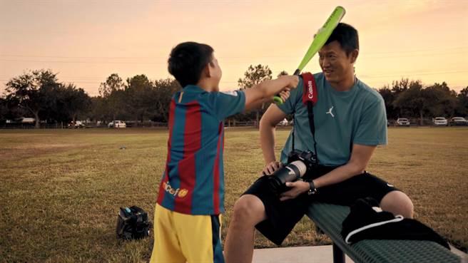 《後勁:王建民》紀錄王建民許多不為人知的畫面,包括他與兒子Justin的溫馨互動。(WYC影視提供)