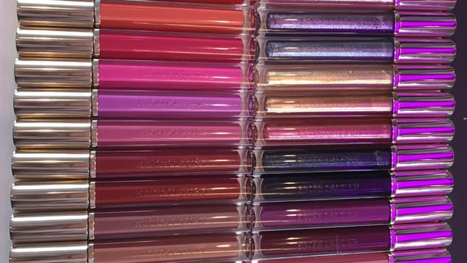 這次的玩色戀愛唇釉多達24個色選,編輯覺得偏紫的#401超美,一定要去櫃上試試看!(圖/編輯攝影)