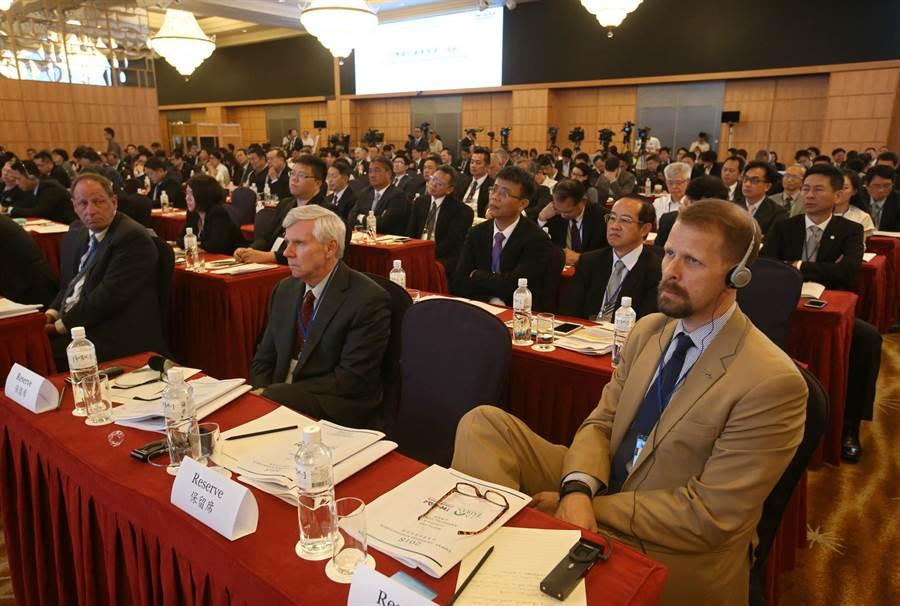 首屆「台美國防產業論壇」10日在高雄漢來飯店舉行,論壇定位為台美民間產業的互動交流,吸引多國軍火商來台,共約300人與會。(王錦河攝)