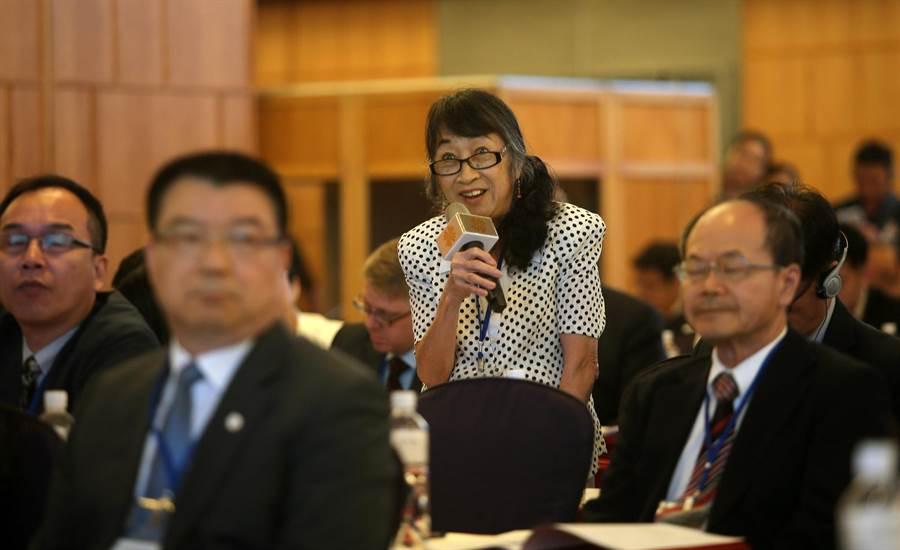首屆「台美國防產業論壇」10日在高雄漢來飯店舉行,吸引多國軍火商來台,共約300人與會,其中不乏女性參與。(王錦河攝)