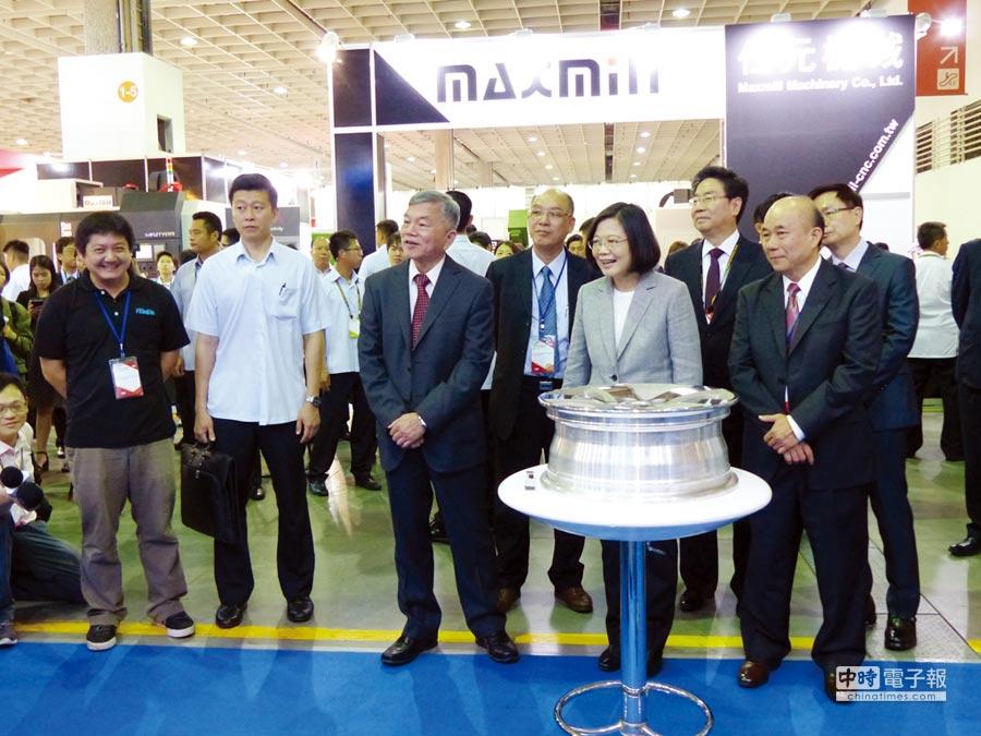 總統蔡英文參觀遠東機械的鋁輪圈智慧製造雲,大為激賞。圖/莊富安