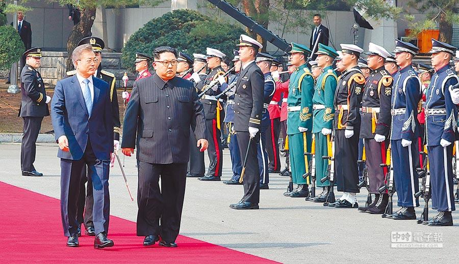 朝鮮半島局勢最近發生積極的變化。圖為4月27日,北韓最高領導人金正恩(前右)與南韓總統文在寅(前左)在板門店閱兵。(新華社)