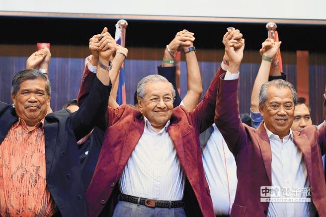 馬哈地(中)逆襲成功,再任大馬首相,宣稱獲得其他少數派支持,在國會下議院掌握逾120席。(法新社)