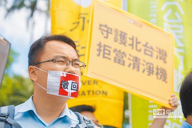 圖為環團日前在政院前抗議,籲撤回深澳電廠案。(本報資料照片)
