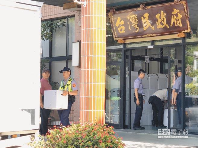 桃園地檢署與市調處人員10日搜索台灣民政府位於龜山區的中央會館,查扣大批證物裝箱。(葉臻攝)