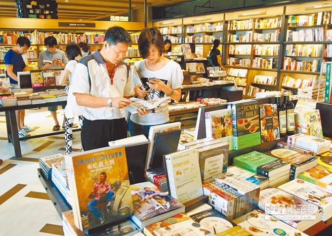 民眾在台北誠品書店選購書籍。(本報系資料照片)