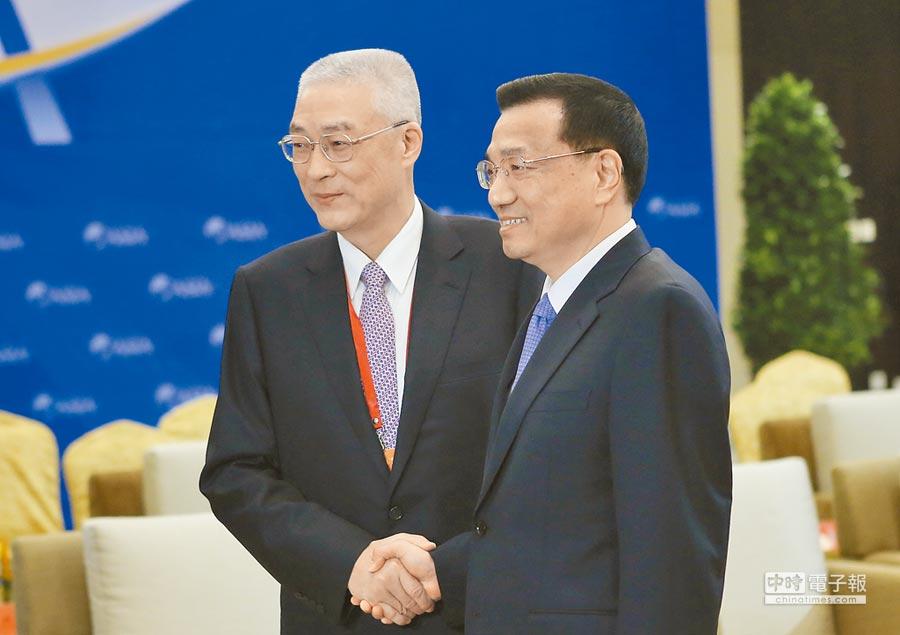 2012年4月1日,時任大陸國務院副總理李克強在海南省博鰲會見兩岸共同市場基金會最高顧問吳敦義。(中新社)