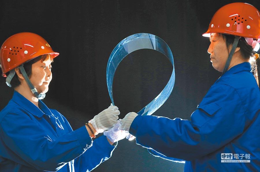 0.25公釐厚的超薄玻璃。(新華社)