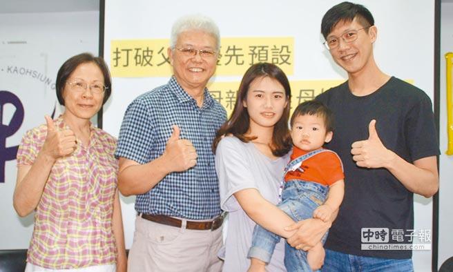 媽媽吳蕙如(中)說,不管小孩從父姓或從母姓,他都是我們家的寶貝。(林雅惠攝)