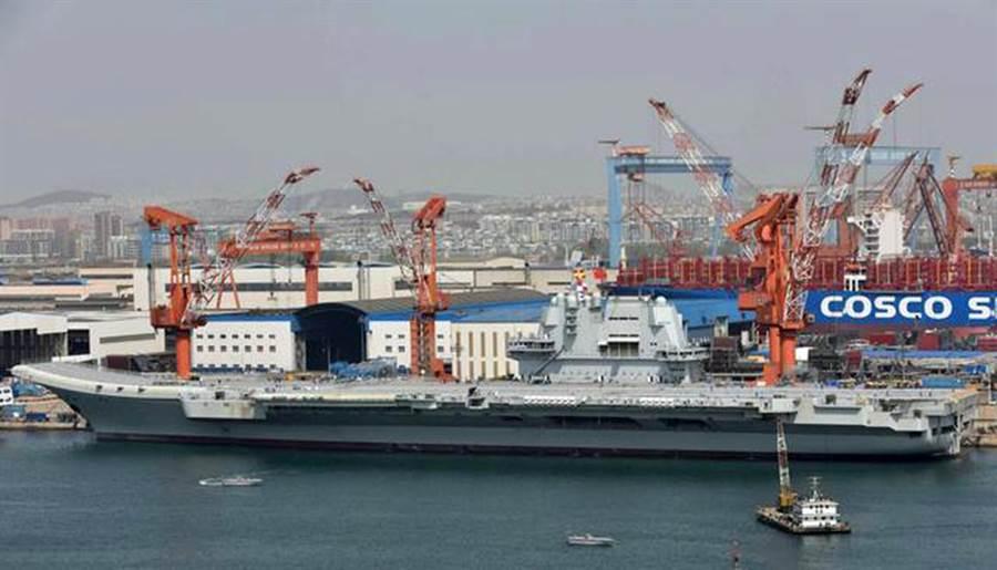 中國首艘國產航空母艦於4月底進行清理後準備進行試航,航母隨後斷進行鳴笛和發動機試車,艦島的頂部已經掛上試航信號旗。(圖/網路)