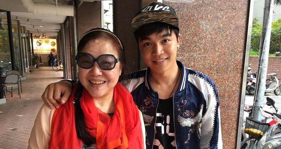 張峰奇和媽媽楊珮琪。(洪秀瑛攝)