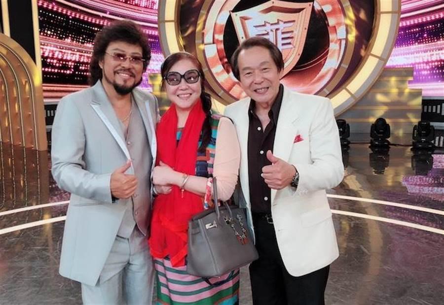 張魁(右)日前上張菲的節目,與魁嫂及老友合影。(魁嫂提供)