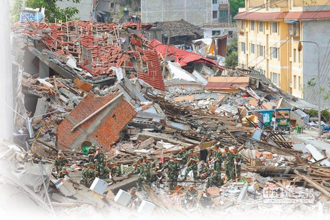 2008年5月15日,汶川搶險救災的共軍在重災區北川展開搜救工作。(新華社)