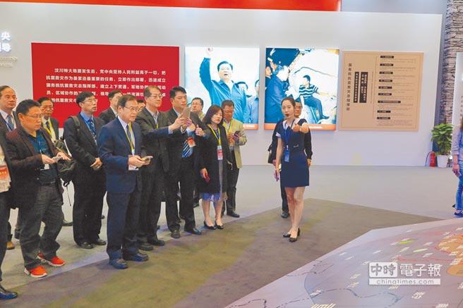 四川地震災區發展振興成就展工作人員,向台灣來賓說明震後重建成果。(記者陳政錄攝)