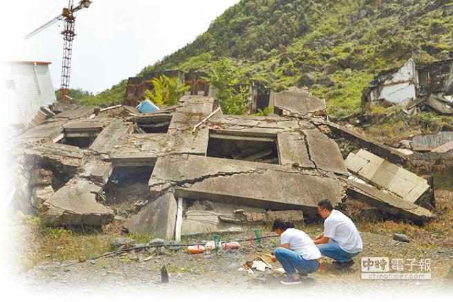 「5.12」汶川地震十周年紀念日,北川群眾和從各地趕來的人們來到北川老縣城悼念親友,寄託哀思。(新華社)