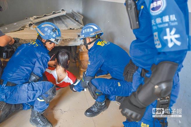 海南省防災減災宣傳周紀念汶川特大地震10周年救災協同演練12日在海口舉行。圖為救援隊的隊員演練搜救被困人員。(中新社)