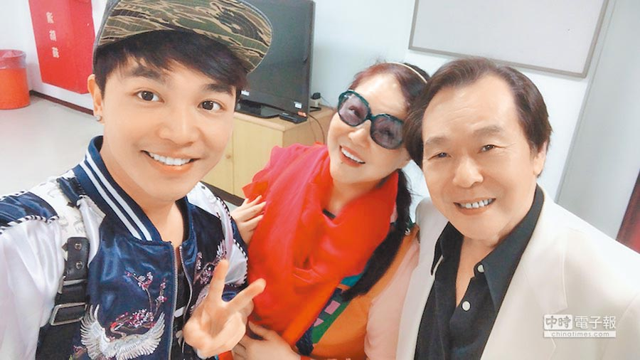 張峰奇(左起)和媽媽及爸爸張魁感情不錯。(洪秀瑛攝)