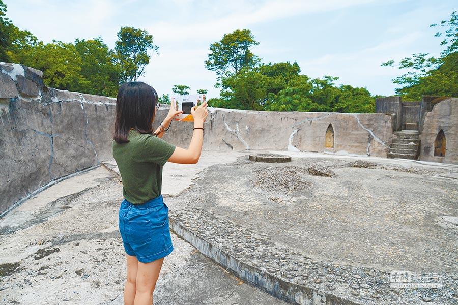 淡水古蹟博物館利用虛擬實境重建古時火砲。(新北市府文化局提供)