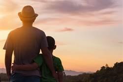 男童母逝、生父拒養 無血緣的爸霸氣:我來養!
