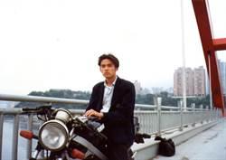 周杰倫青澀中分頭照片曝光!新曲MV復刻髮型
