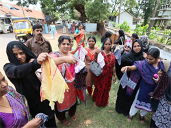 印度考場為避免考生搞鬼 割衣袖惹議