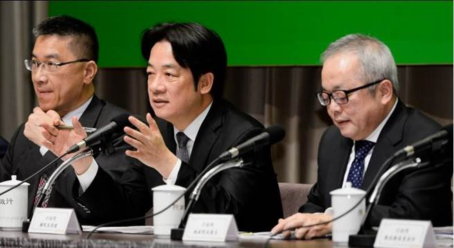 賴清德(中)和政院副院長施俊吉(右)與相關閣員召開「我國薪資現況低薪研究及其對策記者會」,並說明因應對策。(圖/王德為)
