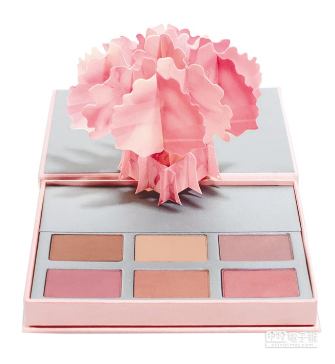 凱特柏絲沃使用香緹卡粉色婚禮眼頰彩盒,2600元。(香緹卡提供)